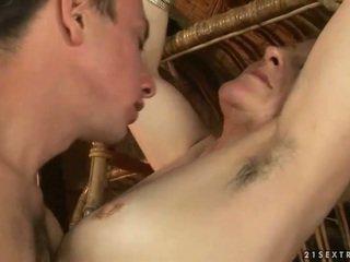 Stará mama a chlapec enjoying príťažlivé sex