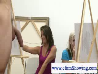 Femme habillée homme nu obtenir près avec modèles pendant artclass