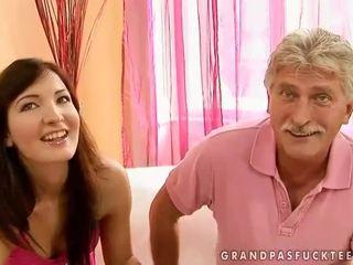 Morfar och tonårs beauty enjoying het kön