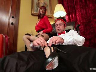 Hotel guest maitresse madeline dominates la bellboy en pie fetiche vid