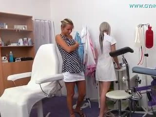 Blondýna dievča went na ju gynecologist pre regular skúška