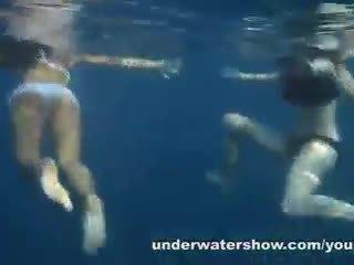 Nastya और masha are स्विम्मिंग न्यूड में the सागर