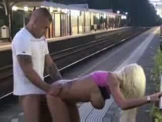 Viešumas čiulpimas ir seksas į traukinys stotis video