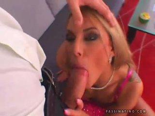 D'or haired nana sarah james blows une longue dur shaft