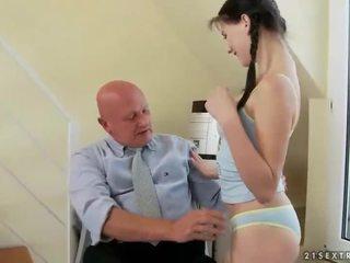 Lovely najstnice fucks zelo old dedek