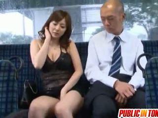 Yuma asami gets מזוין על ידי בוגר guy ב a אוטובוס ב ציבורי