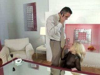 nominale brunette scène, pijpen, meest grote lul video-