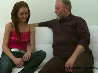 苗条 青少年 女孩 性交 由 老 男人 催人泪下 离 她的 boyfriend 和 having 附带 以上 她的 奶