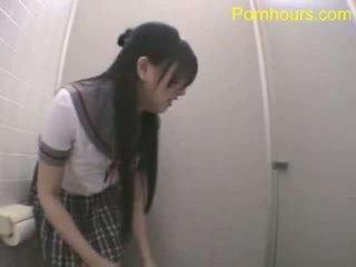 Aziāti studente jāšanās uz publisks tualete