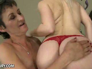 Stary i młody lesbijskie miłość: babcia nesty gets licked przez młody lesbo