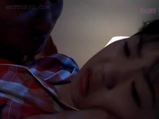 Nana asiatique gets minou teased en undies en son sommeil