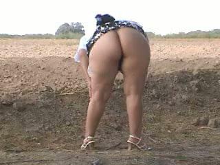 Piss kövér segg pee -ban utcán. bebita mexikói szajha