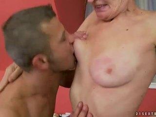 Горещ бабичка gets тя космати путка прецака