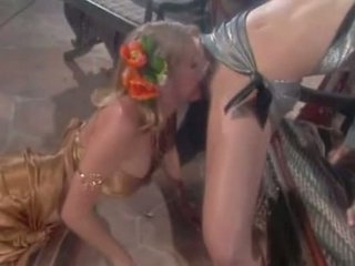 Fascinating lesbos avalon 和 jenna jameson munching 上 steamy 的阴户