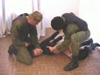Two exército men brutalize terrorist vídeo