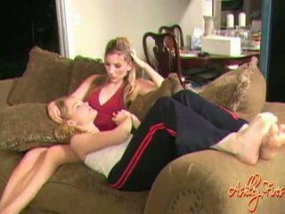 Concupiscent lesbienne ashley fires toying sur son minou avec son filthy chaud copine