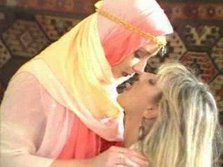Arabic κορίτσι temptatione fucke με ξανθός μωρό