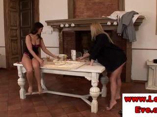 Lez eve エンジェル rubs sophie moone 脚 とともに 彼女の フィート