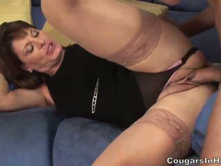 Karstās mammīte hoe sucks viņai sons friends liels boner