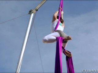 Belladonna keeps seg selv i form doing aerial silke routines