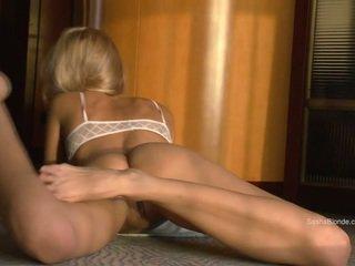 Sasha blondine spreiden haar benen