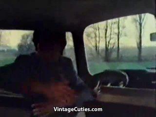 Kinky flicka fingered i en bil