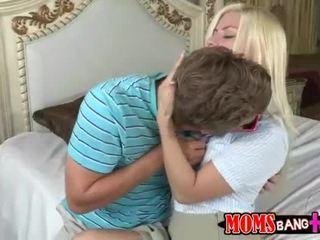 熟女 syren demer 参加する ティーン カップル で ベッド