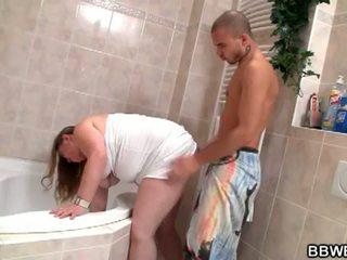 大美女 bet: lewd 褐发女郎 脂肪 懒妇 向下 和 野 在 浴室