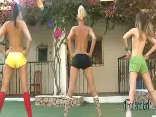 Trio nudo lezzies making aerobica
