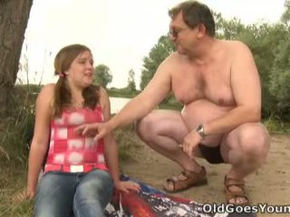 Celine touches eldre mann kuk som den profesjonell