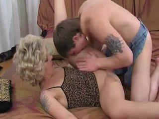 Възбуден блондинки милф sucks и fucks млад guy