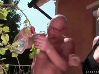 Afortunado abuelo fucks pechugona adolescente chica