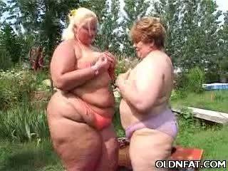 Paks küpsemad lesbid having seks outdoors