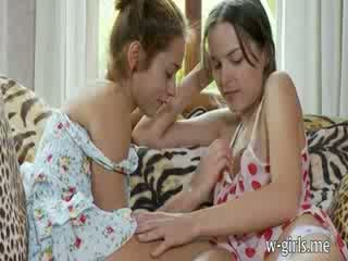 Two 角质 的lesbo dolls pleasuring puss 由 指法