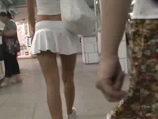금발의 에 섹시한 outfit waving 전리품 치마 업