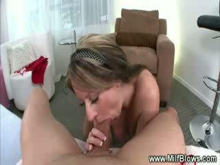 मिल्फ striptease फिर gives हॉट bj