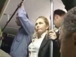 Seksikäs blondi tyttö hyväksikäytettyjen at bussi