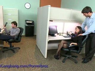 Coworkers forcë një double penetration në të saj