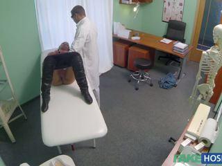 Doktor examinates henne fitte med en pikk.