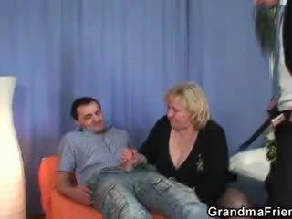 Білявка бабуся gets slammed по two dicks