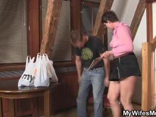 Sừng cậu bé tóc nâu mẹ trong pháp luật wants của anh ấy con gà trống