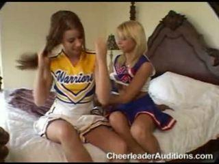 Sarkans haired skaistule sarah blake begins getting nerātnas karstās ar viņai seksuālā draudzene