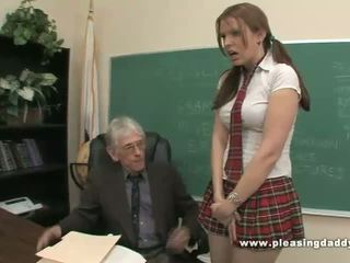 Studenten fucks otäck gammal läraren till passera klass