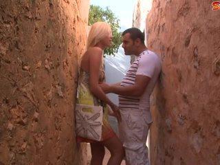 Rubia adolescente fucks turista en alley