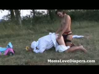 Guy で 赤ちゃん outfit 突合せ ファック バイ strap 上の で ザ· countryside