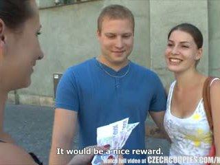 Czeska couples młody para takes pieniądze na publiczne czworokąt