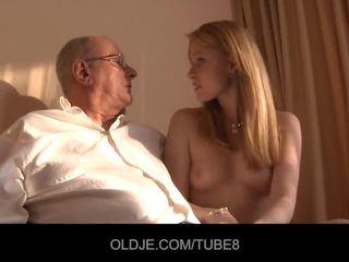 Terangsang orang berambut pirang gadis gets sebuah seks penjualan dari an oldje