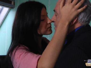 I vjetër mësues gets një seks pushim nga i ri student