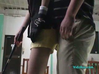 Á châu cô gái giving blowjob trên cô ấy knees vì cô ấy golf instructor