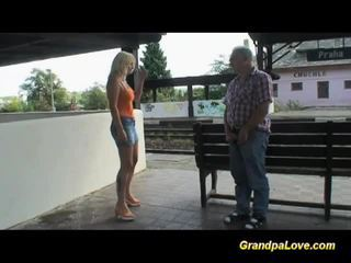 Busty blondýnka fucked poblíž the railway